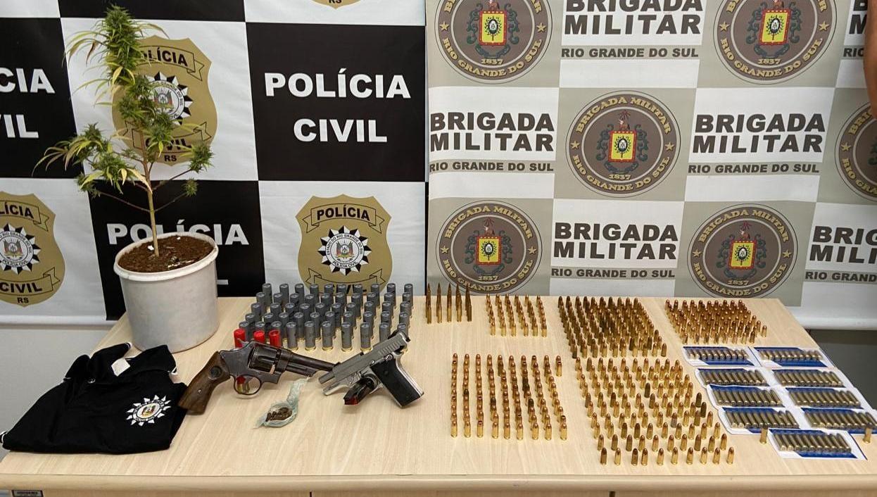 Armas, munições e pé de maconha apreendidos no Marmitt