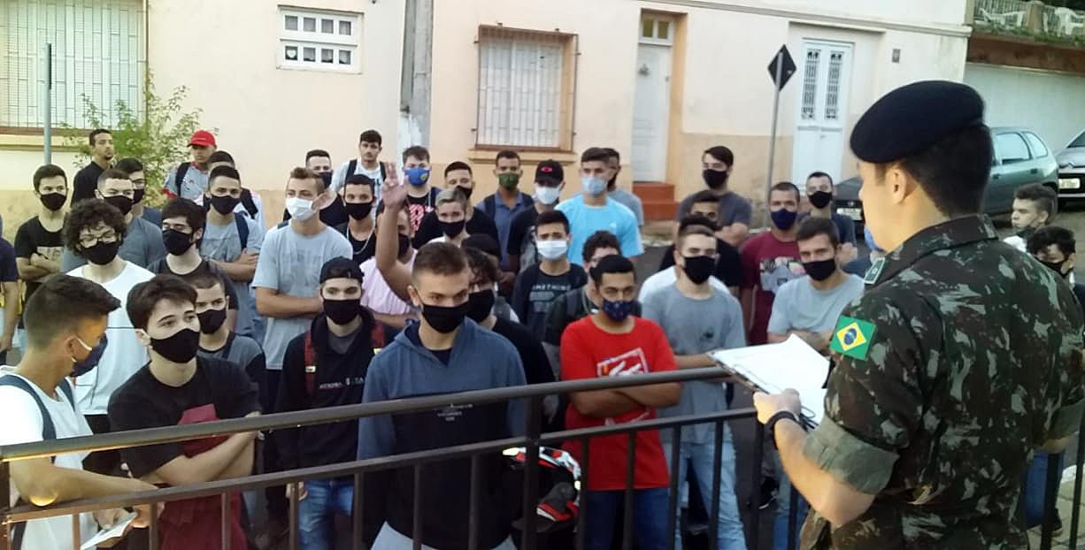 Jovens embarcam para última inspeção militar de saúde em Rosário do Sul
