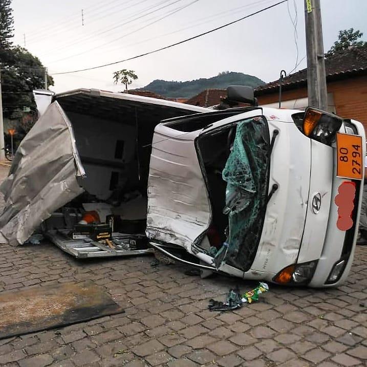 Caminhão fica sem freio e atinge carros estacionados em ImigranteIMIGRANTE – Os Bombeiros Voluntários de Imigrante e Colinas foram acionados na tarde de terça-feira para atendimento a um acidente veicular no Centro, envolvendo um caminhão carregado com baterias veiculares, que seguia da Rota do Sol para Colinas. O condutor do caminhão relatou ter ficado sem freio, atravessou a  Avenida Ito João Snel, bateu em três veículos estacionados e capotou no meio da via. Apesar da gravidade do acidente, o motorista do caminhão foi encaminhado para o Hospital Estrela com escoriações leves. O local ficou isolado para retirada das baterias e dos veículos.