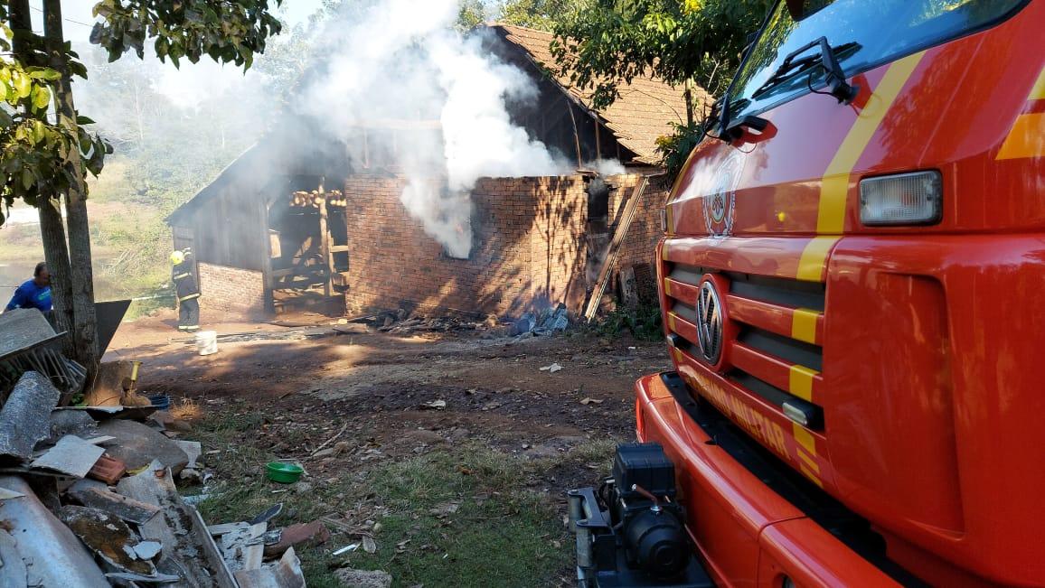 Incêndio atinge galpão na Linha São José