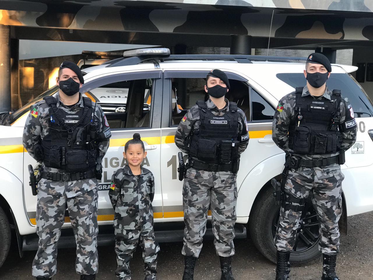 Presente de aniversário: Menina de 5 anos conhece Brigada Militar